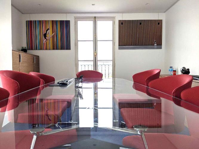 2 photographies 60x90  dans une salle de réunion